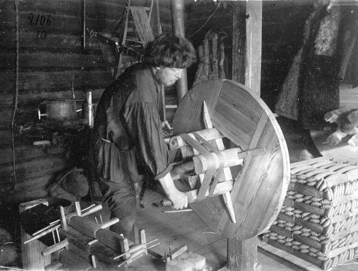 Лощение ниток для сетей, начало XX века.