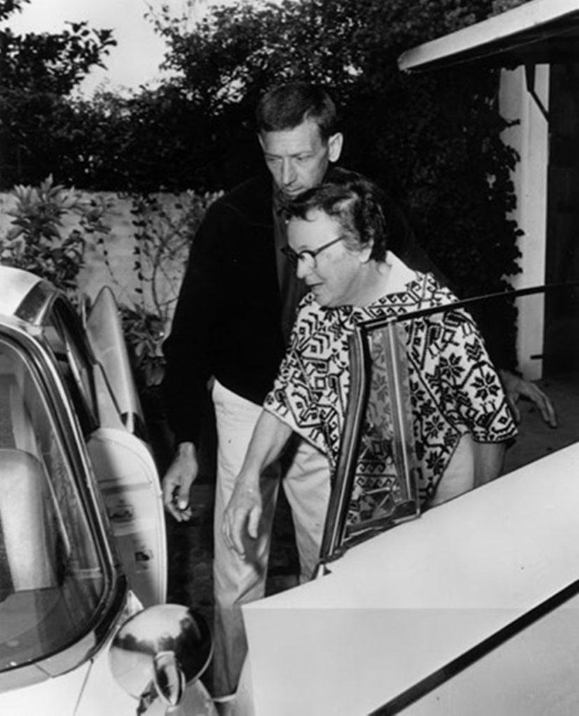 Экономка Мэрилин Монро, Юнис Мюррей и разнорабочий Норман Джеффрис, покидающие дом после ее смерти.