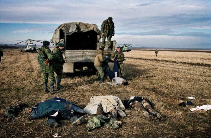 Вооруженные силы России вошли в Чечню в сентябре 1999 года. К началу декабря этого же года российские военнослужащие окружили её столицу, город Грозный. Осада Грозного началась 25 декабря 1999 года. Вторая Чеченская война.