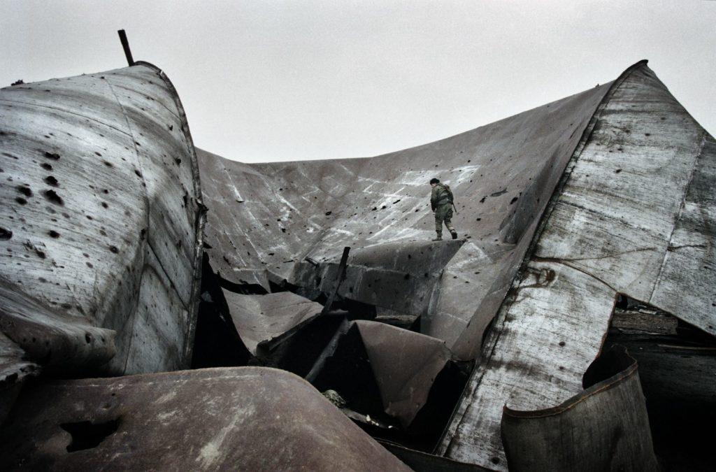 База морских пехотинцев на нефтяной бвзе в Центарое. Чечня, декабрь 1999 год