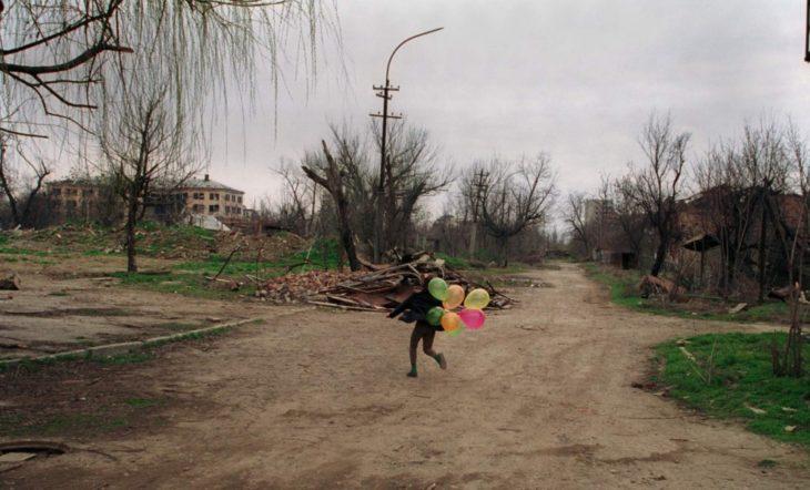 Ребёнок играет в центре Грозного, март 2002 года.