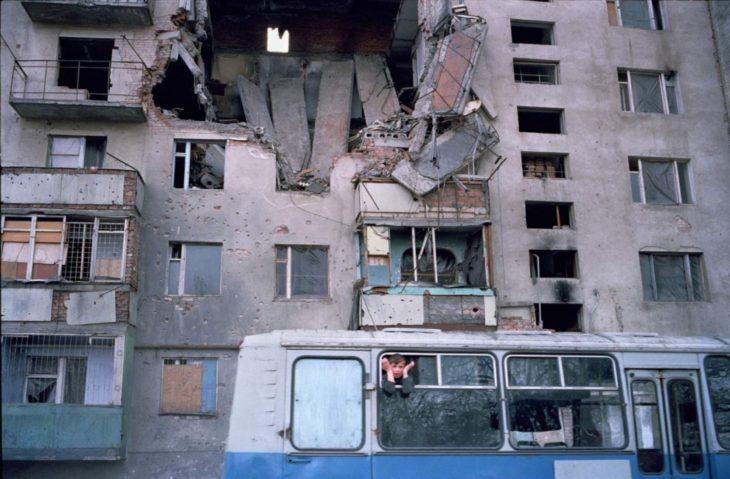 Возле разрушенного дома слепых в Грозном, март 2002 года.