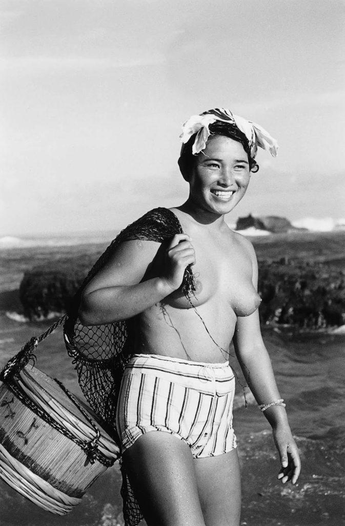 После Второй мировой войны, по мере роста туризма в Японии, посторонние начали осуждать наготу Ама и дайверы в конечном итоге были вынуждены прикрывать свою наготу