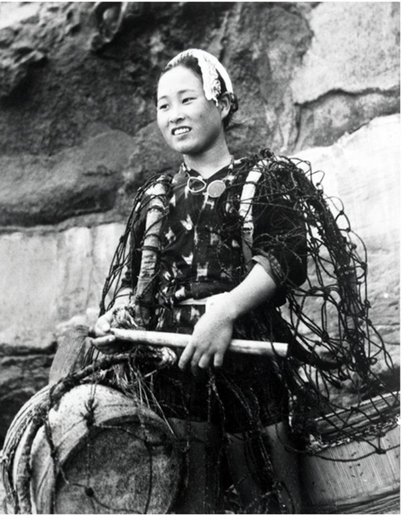 """В период расцвета добычи """"морского ушка"""" в 1960-х годах умелая ама могла заработать до 80 000 долларов США за шестимесячный сезон погружений."""