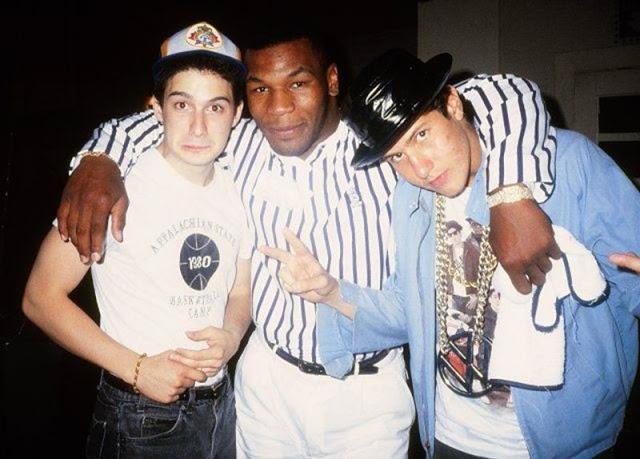 Адам 'Ad-Rock' Горовиц и Майкл 'Mike D' Даймонд из Beastie Boys вместе с Майком Тайсоном, 1987 год.