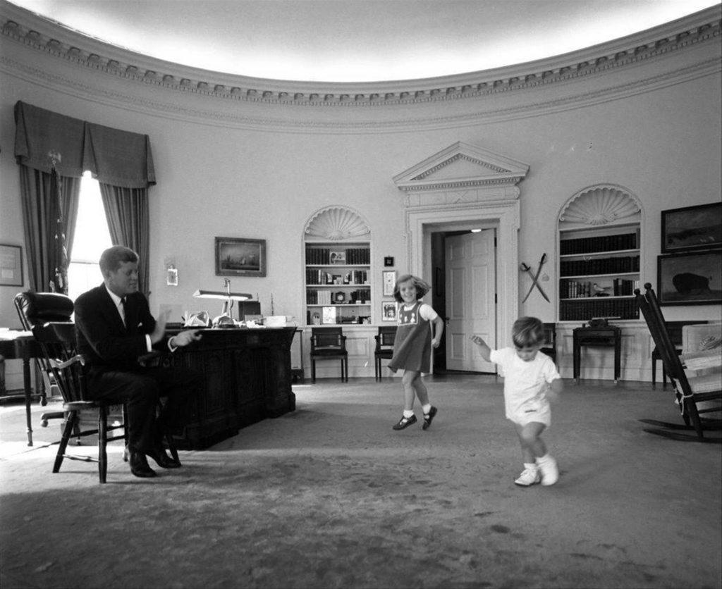 Джон Кеннеди с детьми.