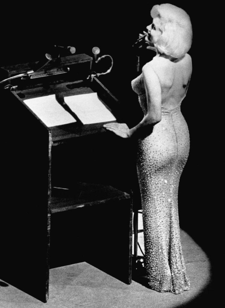 «С Днем Рождения, господин Президент». Культовое платье Монро было сшито дизайнером Жаном Луи и первоначально стоило 1440,33 доллара (что эквивалентно 9 508 долларам в 2019 году).