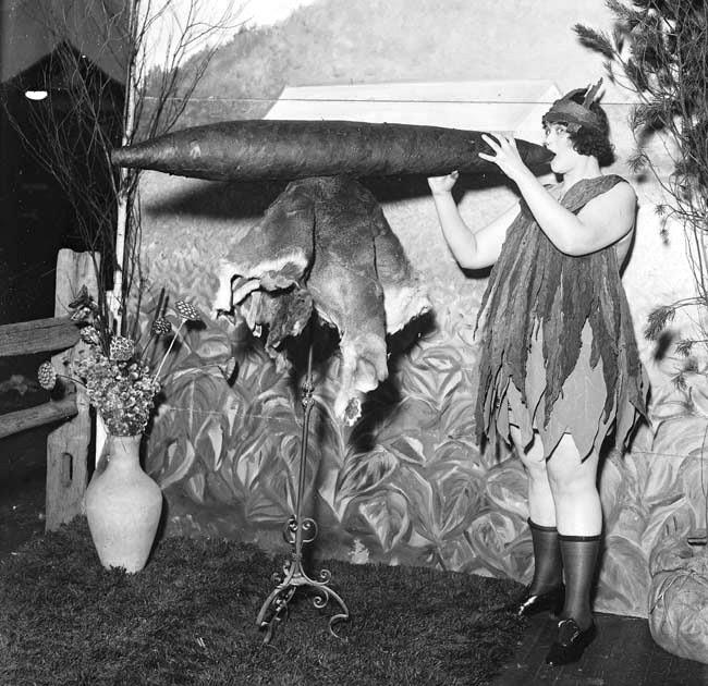 Самая большая сигара в мире, представленная на Национальной табачной выставке 1924 года. Длина 152 см, вес более 18 кг. Источник: Bettmann / CORBIS